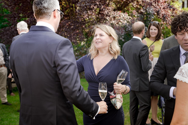 Gratulation nach der Trauung im Garten des AmVieh-Theaters. - Hochzeitsreportage München