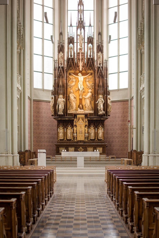 Der Ort der Trauung - die Heilig-Kreuz-Kirche in München Giesing vor dem Einzug des Brautpaares und der Hochzeitsgäste - Hochzeitsreportage München