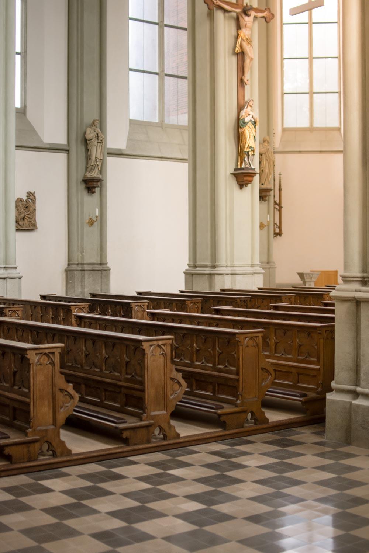 Noch sind die Kirchenbänke der Heilig-Kreuz-Kirche in Giesing leer - aber bald kommen die Hochzeitsgäste und genießen die Trauung von Braut und Bräutigam