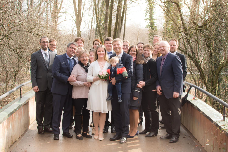 Die Hochzeitsgesellschaft nach der Trauung im Englischen Garten bei der Winterhochzeit in Schwabing - Hochzeitsfotos