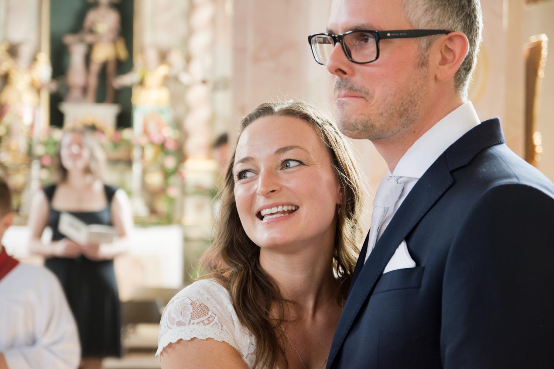 Rührung des Bräutigams in den Armen der Braut bei der Trauung in der kleinen Dorfkirche