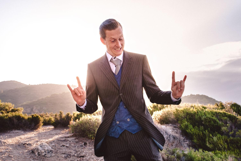 Der coole Bräutigam posiert für ein besonderes Hochzeitsfoto in der griechischen Abendsonne