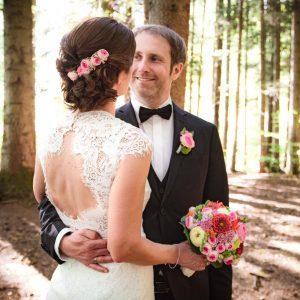 Braut und Bräutigam beim Hochzeitsfoto im Wald am Restaurant am Steinsee bei Zorneding