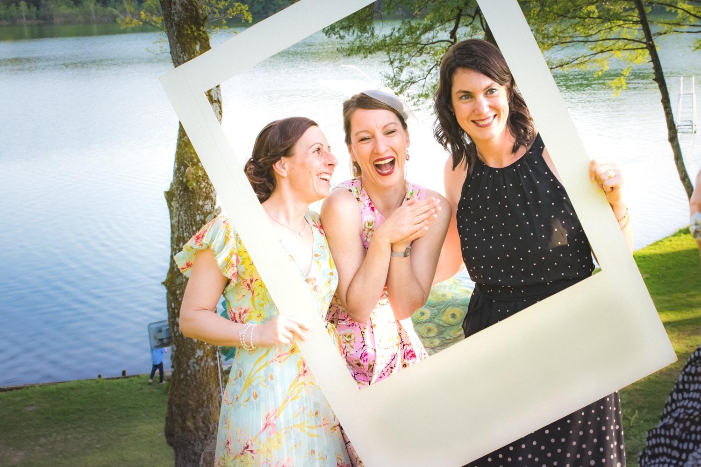 Drei Freundinnen posieren in Bilderrahmen nach der freien Trauung am Restaurant am Steinsee