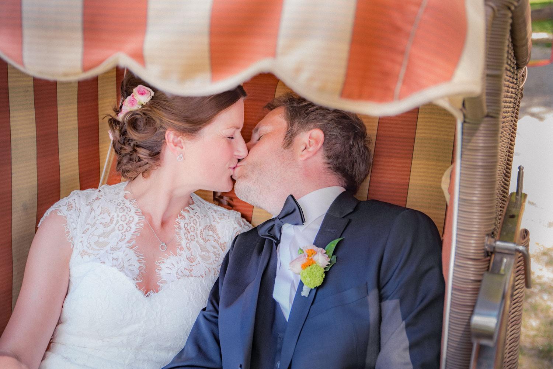 Hochzeitsfoto im Strandkorb im Restaurant am Steinsee
