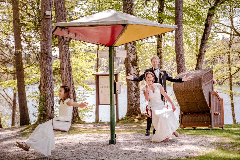 Braut, Bräutigam und Tochter haben Spaß für dieses Hochzeitsfoto nach der freien Trauung am Restaurant Steinsee - Hochzeitsfotos