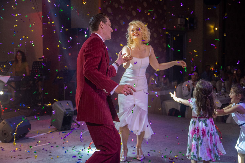Die griechische Braut und ihr deutscher Bräutigam tanzen einen etwas anderen Hochzeitstanz - den Lindy Hop - Hochzeitsreportage München