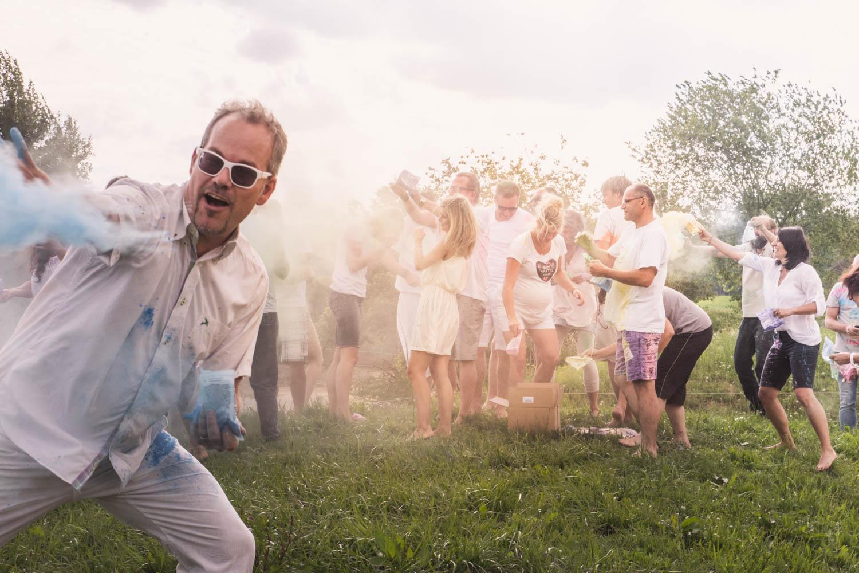 Für dieses Hochzeitsfoto musste die Hochzeitsfotografin auf Zack sein - das Brautpaar wünschte sich ein Trash the Dress mit Holipulver am Alpaka Beach bei München