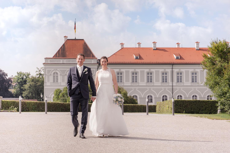 Das Brautpaar spaziert vor der Trauung durch den Schlosspark am Schloss Nymphenburg in München - Hochzeitsreportage München