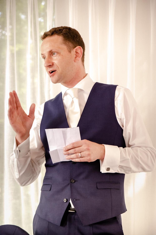 Der Bräutigam bei seiner Rede im Hotel Insel Mühle in München - Hochzeitsreportage München