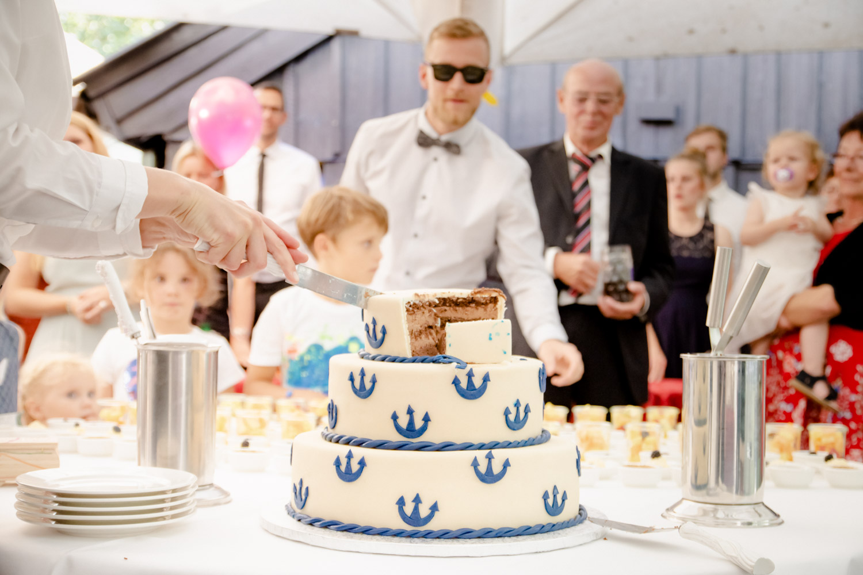Der Anschnitt der Torte ist ein wichtiges Hochzeitsfoto - hier am Hotel Insel Mühle in München