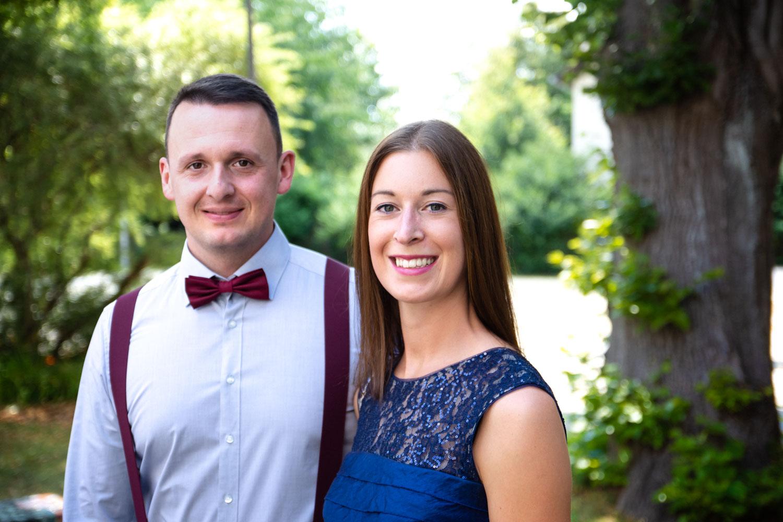 Hochzeitsfotografie ist auch für die Gäste - hier ein Paar nach der Trauung in Schwabhausen