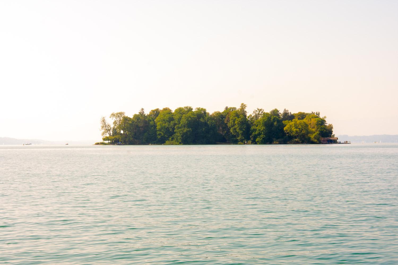 Die Roseninsel im Starnberger See im Sonnenuntergang - eine traumhafte und exklusive Location für Eure Hochzeit - Hochzeitsfotos