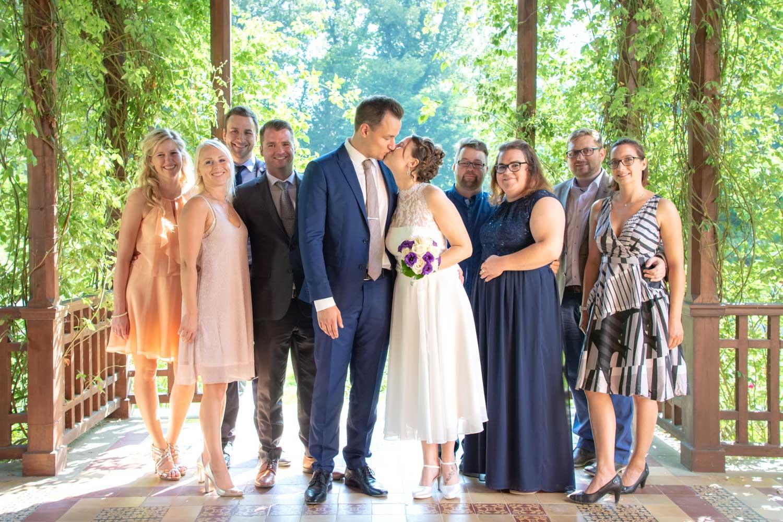 Gruppenfotos des Brautpaars mit den Gästen nach der Trauung auf der Roseninsel im Starnberger See - Hochzeitsreportage München