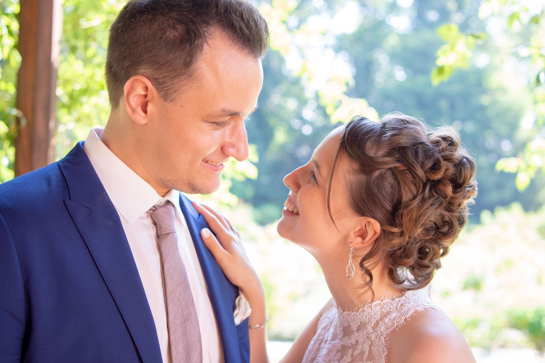 Die Braut strahlt ihren Bräutigam an, direkt nach dem Ja-Wort in Standesamt Roseninsel - Hochzeitsreportage München