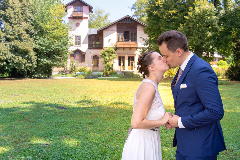 Das Brautpaar küsst sich nach der Trauung im Standesamt auf der Roseninsel im Starnberger See - Hochzeitsreportage München