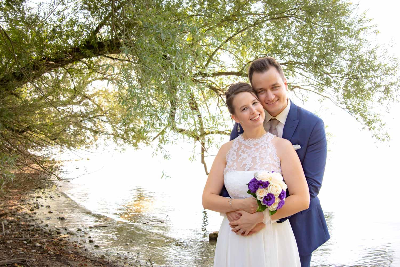 Braut und Bräutigam beim Hochzeitsfoto auf der Roseninsel im Starnberger See - Hochzeitsreportage München