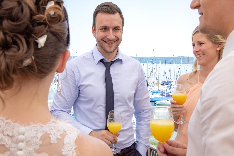 Die Gäste unterhalten sich - die Hochzeitsfotografin ist immer dabei - Hochzeitsreportage München