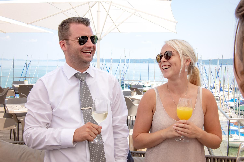 Der Hochzeitsfotograf achtet auch auf die Gäste - hier ein Paar am Starnberger See nach der Trauung auf der Roseninsel