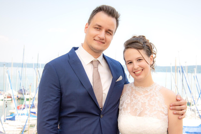 Der Bräutigam umarmt seine Braut nach der Trauung auf der Roseninsel im Starnberger See - Hochzeitsreportage München