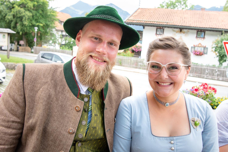 Bayerisches Paar in Tracht auf der Hochzeitsfeier in Schliersee