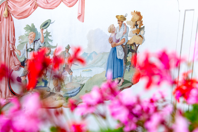 Die Wandmalerei im Hotel Terofal passt perfekt zur bayerischen Hochzeit am Schliersee - Hochzeitsfotos