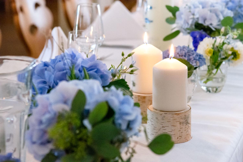 Die Tischdeko ist der Hochzeitsfotografin wie dem Brautpaar sehr wichtig - für Hochzeitsbilder muss auf jedes Detail geachtet werden - Hochzeitsreportage München
