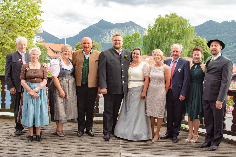 Das Brautpaar mit der engsten Familie in bayerischer Tracht nach der Trauung in St. Sixtus in Schliersee - Hochzeitsreportage München