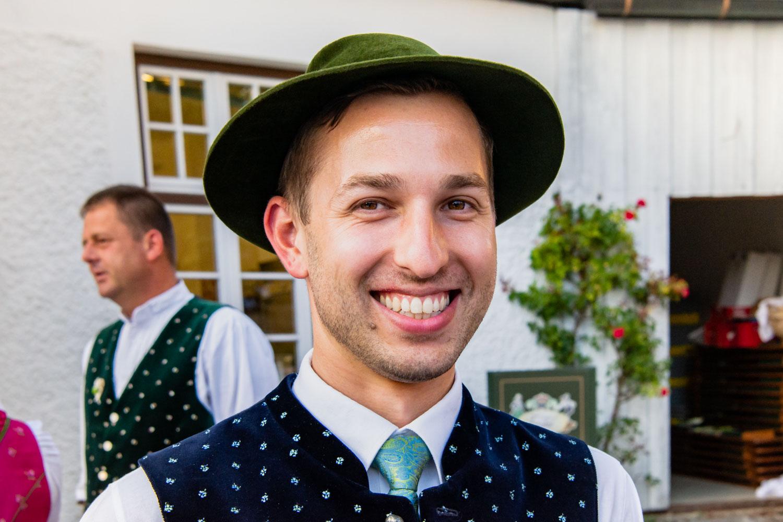 Männlicher Hochzeitsgast nach der Trauung in St. Sixtus am Hotel Terofal in Schliersee