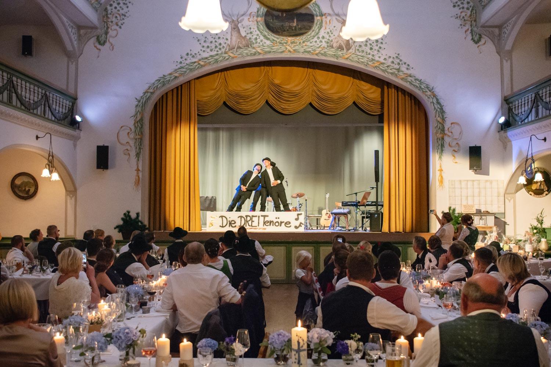 Die Gäste haben für dieses Hochzeitspaar im Hotel Terofal in Schliersee einige Aufführungen einstudiert
