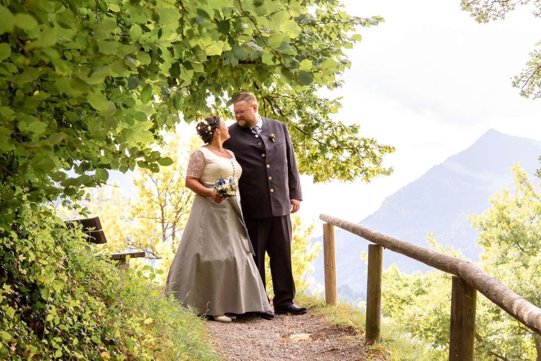 Das Brautpaar spaziert in Tracht am Schliersee