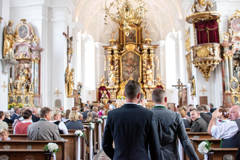 Die Kirche St. Sixtus in Schliersee kurz vor der Trauung - Hochzeitsreportage München