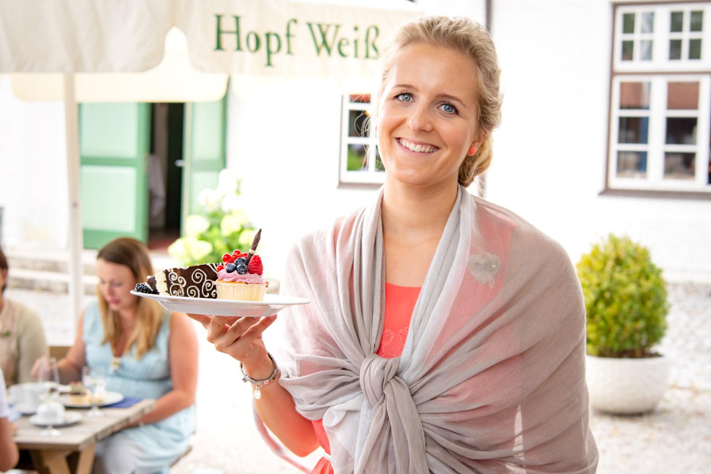 Strahlende Frau auf der Hochzeit am Hotel Terofal in Schliersee
