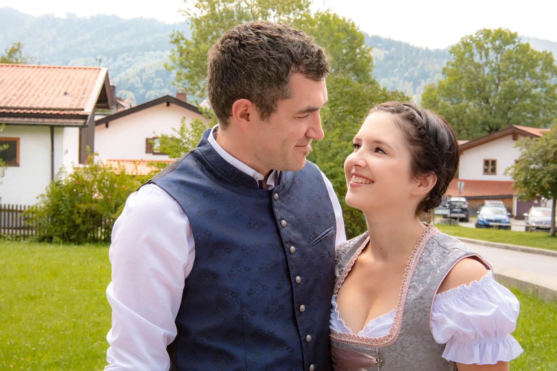 Gäste in bayerischer Tracht nach der Hochzeit am Trachtenheim Irschenberg