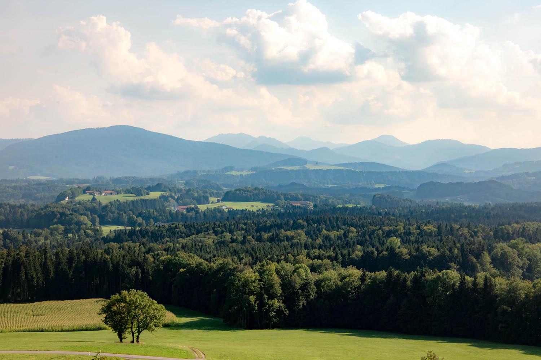 Blick über das Alpenvorland und die fünf Seen südlich von München - Blick vom Irschenberg - Hochzeitsreportage München