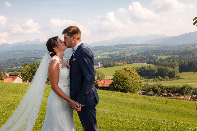 Mit Blick auf die fünf Seen südlich von München ist der Irschenberg der perfekte Ort für traumhafte Hochzeitsfotos in Alpenvorland bei München - Hochzeitsreportage München