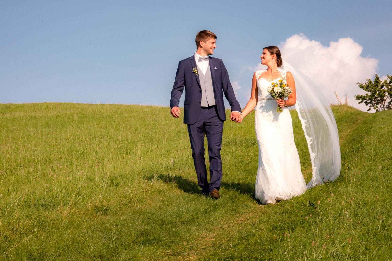 Der Irschenberg bei strahlendem Sonnenschein ist der perfekt Ort für ein traumhaftes Hochzeitsfoto - Hochzeitsreportage München