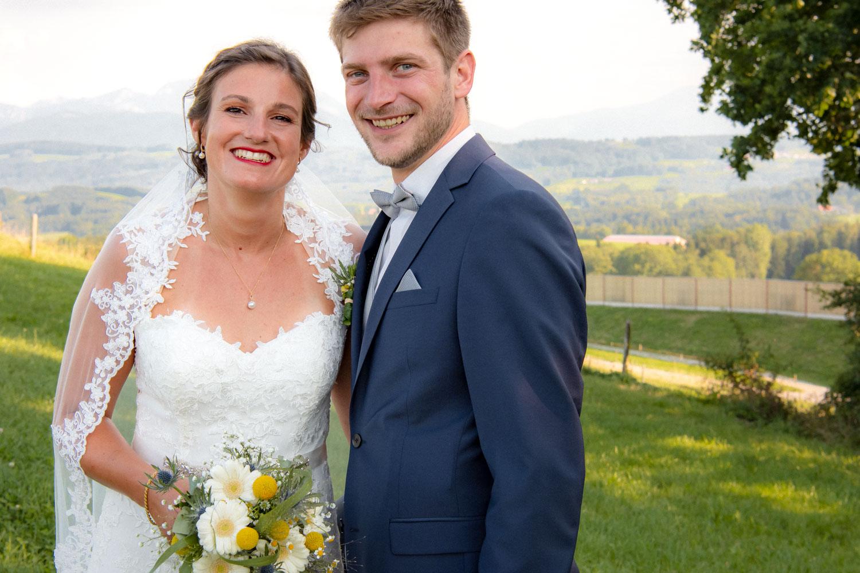 Nach der Trauung in der Christuskirche am Schliersee strahlt dieses Brautpaar für die Kamera der Hochzeitsfotografin - Hochzeitsreportage München