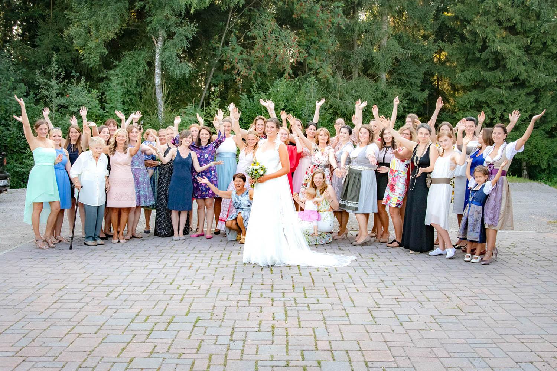 Die Braut mit ihren Freundinnen nach der Trauung - Hochzeitsreportage München
