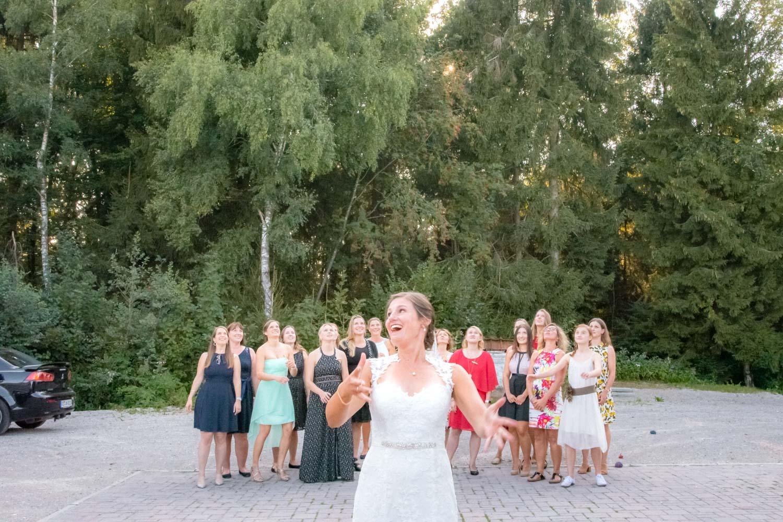 Die Braut wirft ihren Strauß, die Freundinnen warten, die Hochzeitsfotografin drückt im richtigen Moment ab