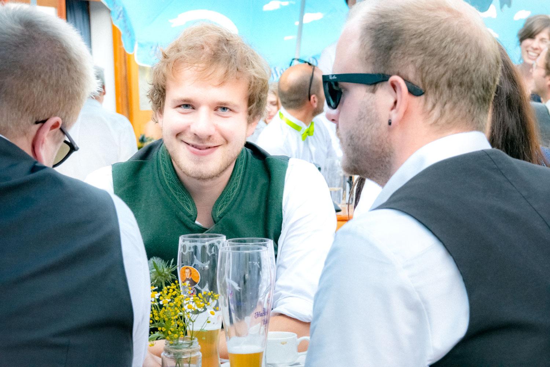 Ein Hochzeitsgast in Tracht mit Weißbier bei der Hochzeitsfeier am Trachtenheim Irschenberg