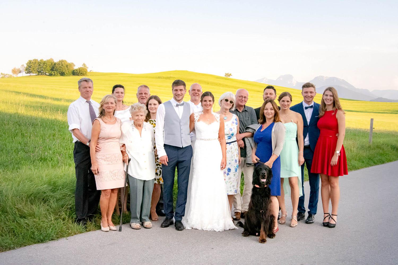Das Brautpaar mit der Familie im Hochzeitsfoto am Schliersee - Hochzeitsfotos