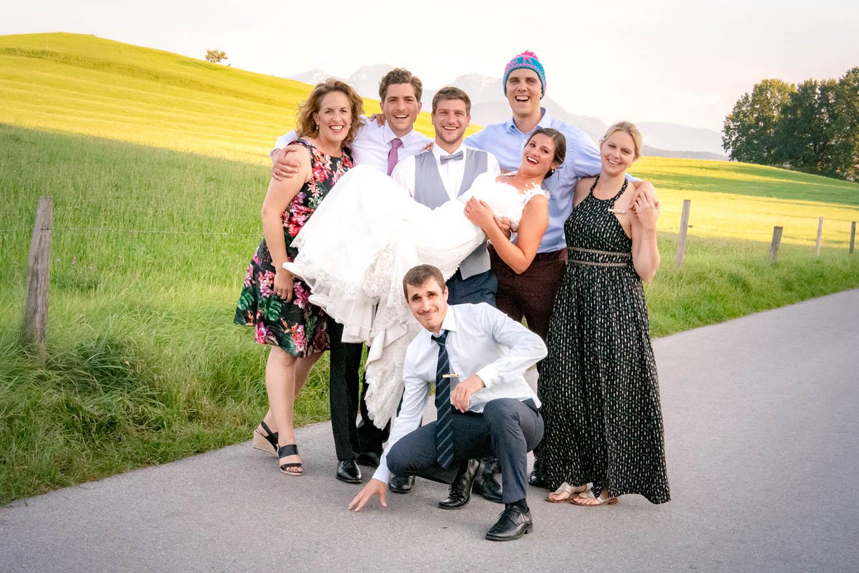 Der Bräutigam trägt die Braut nach der Trauung am Schliersee - Hochzeitsreportage München