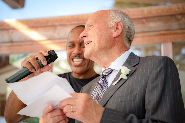 Der Bräutigam animiert auf diesem Hochzeitsfoto seine Gäste am AmVieh-Theater zum mitmachen