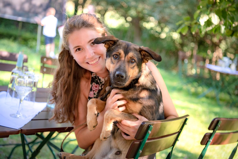 Der Hochzeitsfotograf achtet auf alles - auch auf diesen Gast mit ihrem Hund am AmVieh-Theater