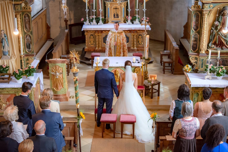 Braut und Bräutigam kurz vor dem Ja-Wort am Altar in der Kirche in Hausham am Schliersee