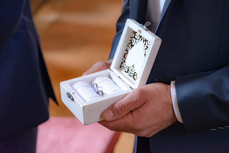 Die Eheringe kurz vor dem Ja-Wort im Kasten, gehalten vom Trauzeugen