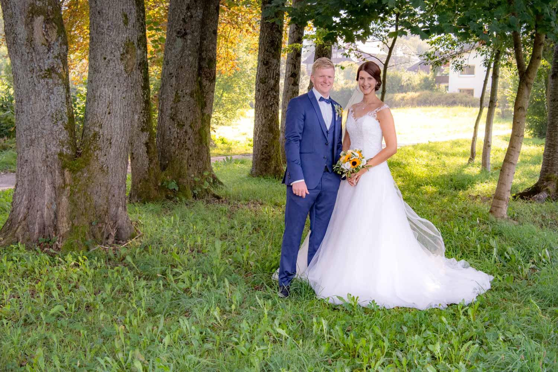 Das Brautpaar strahlt um die Wette auf diesem Hochzeitsfoto vom Tegernsee