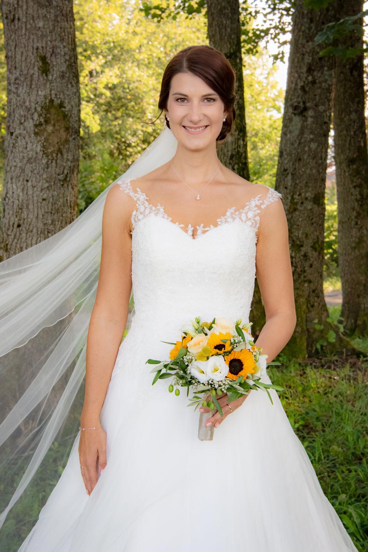 Der Schleier der Braut weht im Wind auf diesem Hochzeitsfoto aus Bad Wiessee am Tegernsee