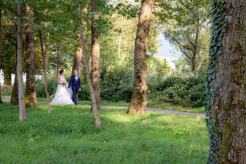 Das Brautpaar spaziert durch den Park am Hotel Terrassenhof in Bad Wiessee am Tegernsee bei München